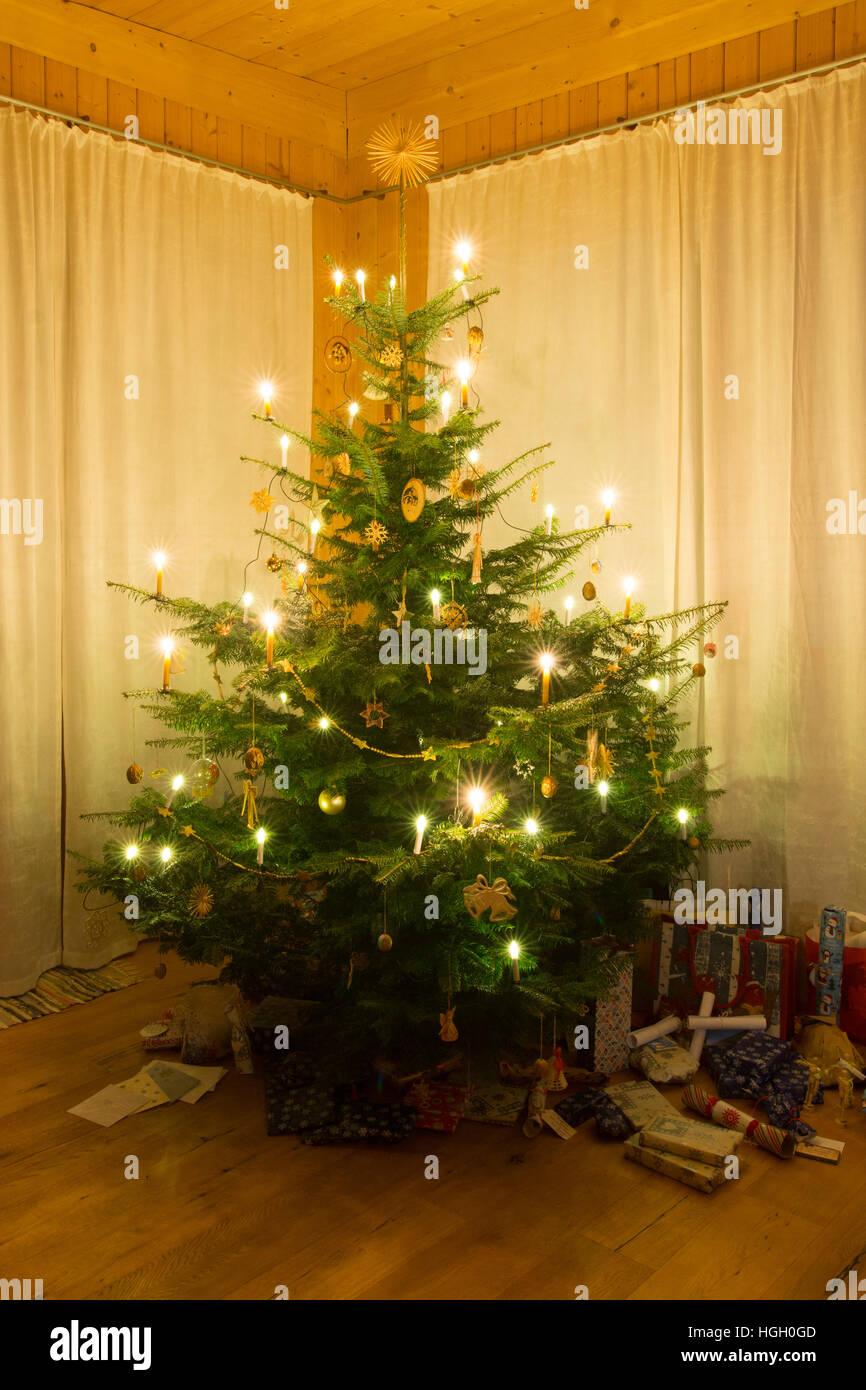 österreich Weihnachtsbaum.Einen Traditionellen Weihnachtsbaum Mit Kerzen In österreich