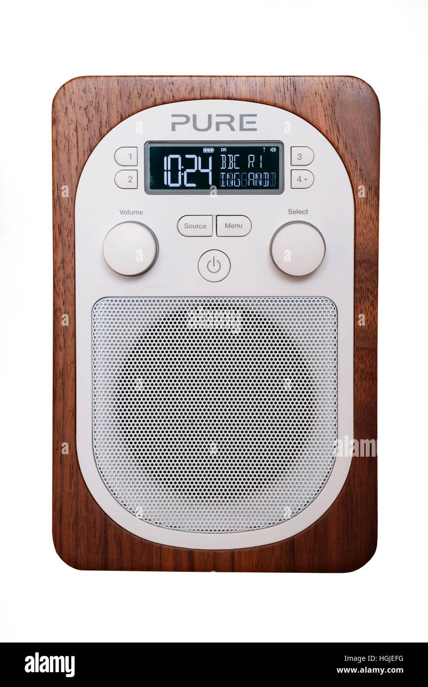 Ein reines DAB-Digitalradio auf weißem Hintergrund Stockbild