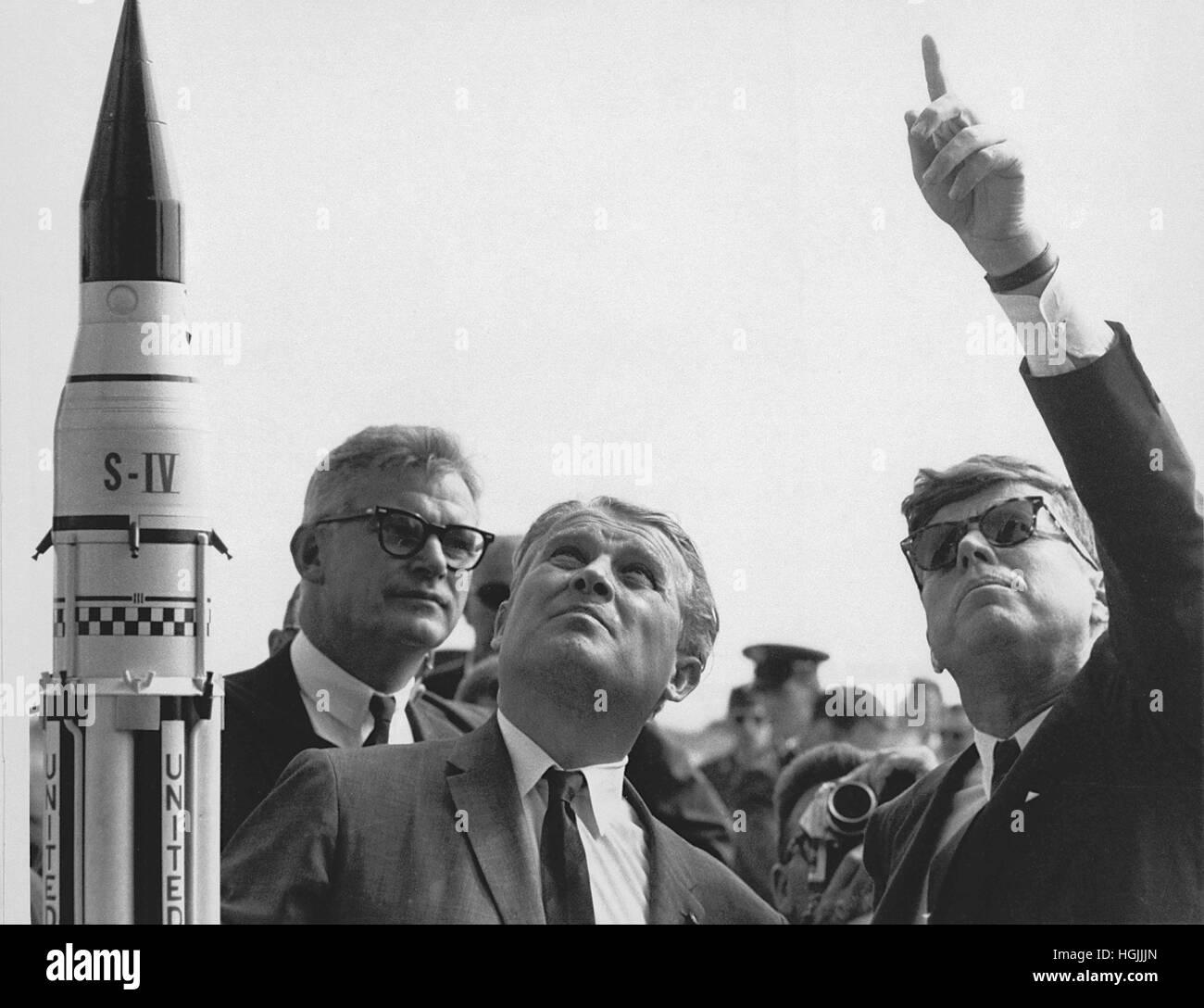 Direktor des Marshall Space Flight Center (MSFC), Arzt Wernher von Braun erklärt die Saturn Launch System von US-Präsident John F. Kennedy in Cape Canaveral, Florida am 16. November 1963. National Aeronautics and Space Administration (NASA) stellvertretender Administrator Robert Seamans ist auf der linken Seite des von Braun.Credit: NASA mittels CNP - NO-Draht-SERVICE - Foto: Nasa/Consolidated News Fotos/NASA über CNP Stockfoto