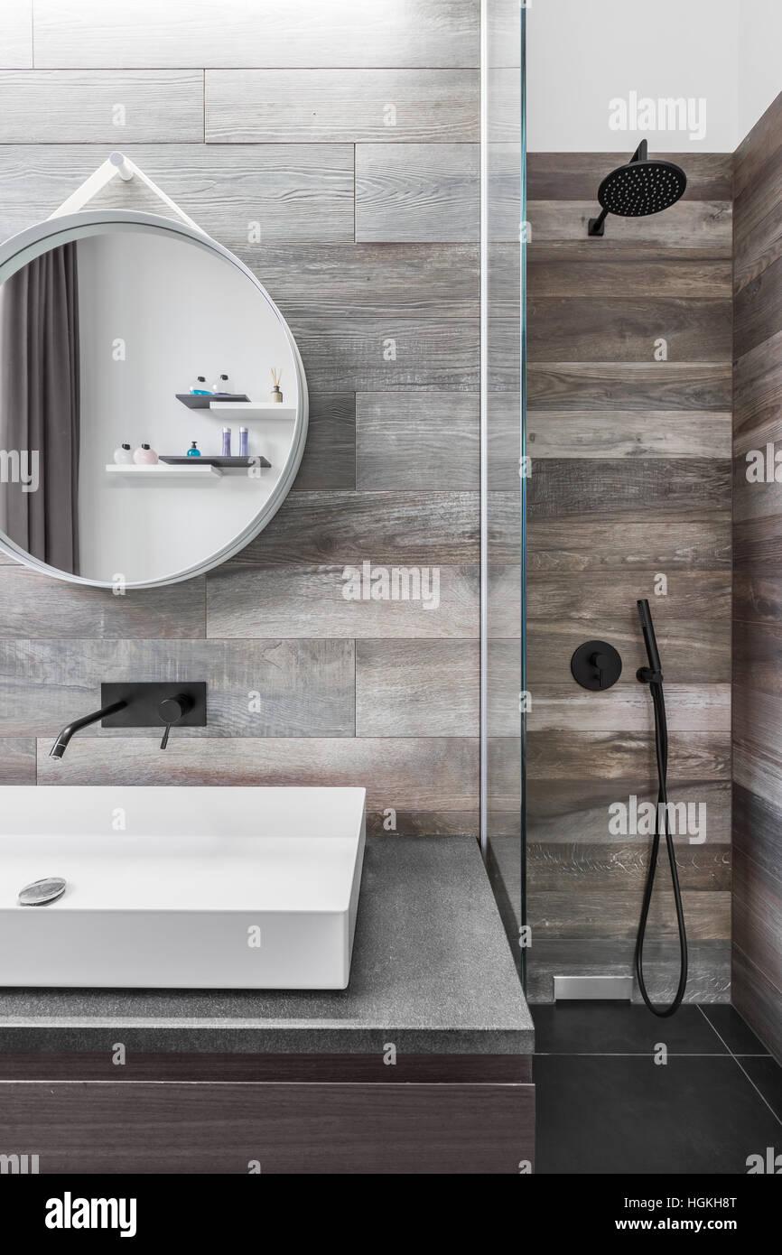 Modernes Badezimmer mit Dusche und Holzoptik Fliesen ...