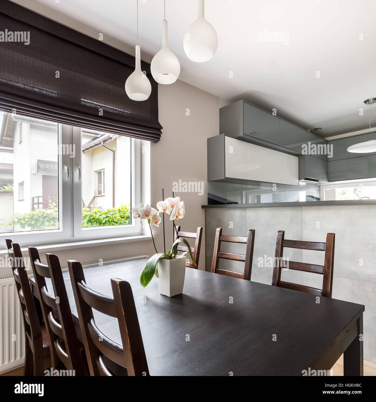 Solide Holztisch und Stühle stehen in moderne Villa Interieur mit ...