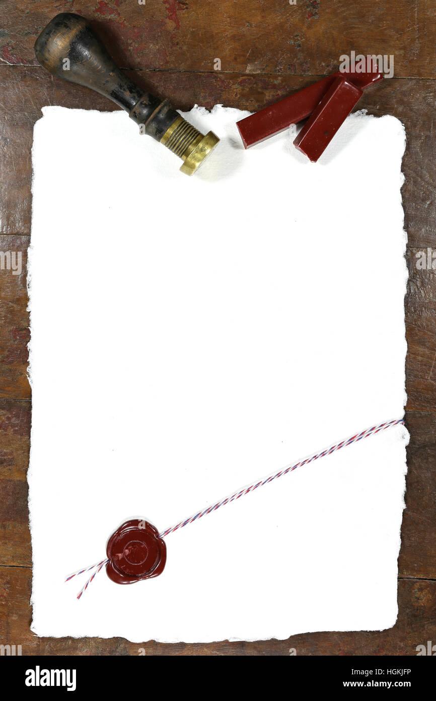 Holztisch Versiegeln handgeschöpftes papier mit wachs versiegeln auf holztisch stockfoto