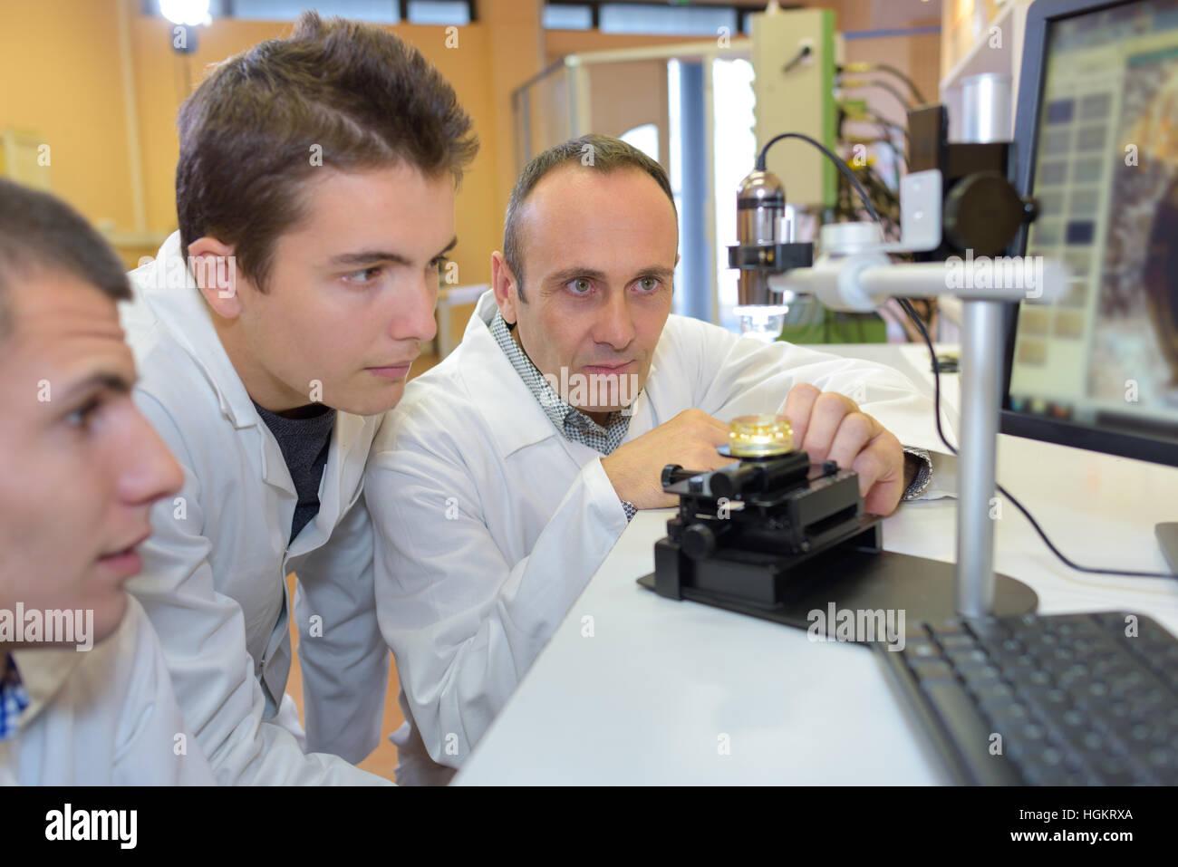 Ingenieure, die eine Erfindung testen Stockbild