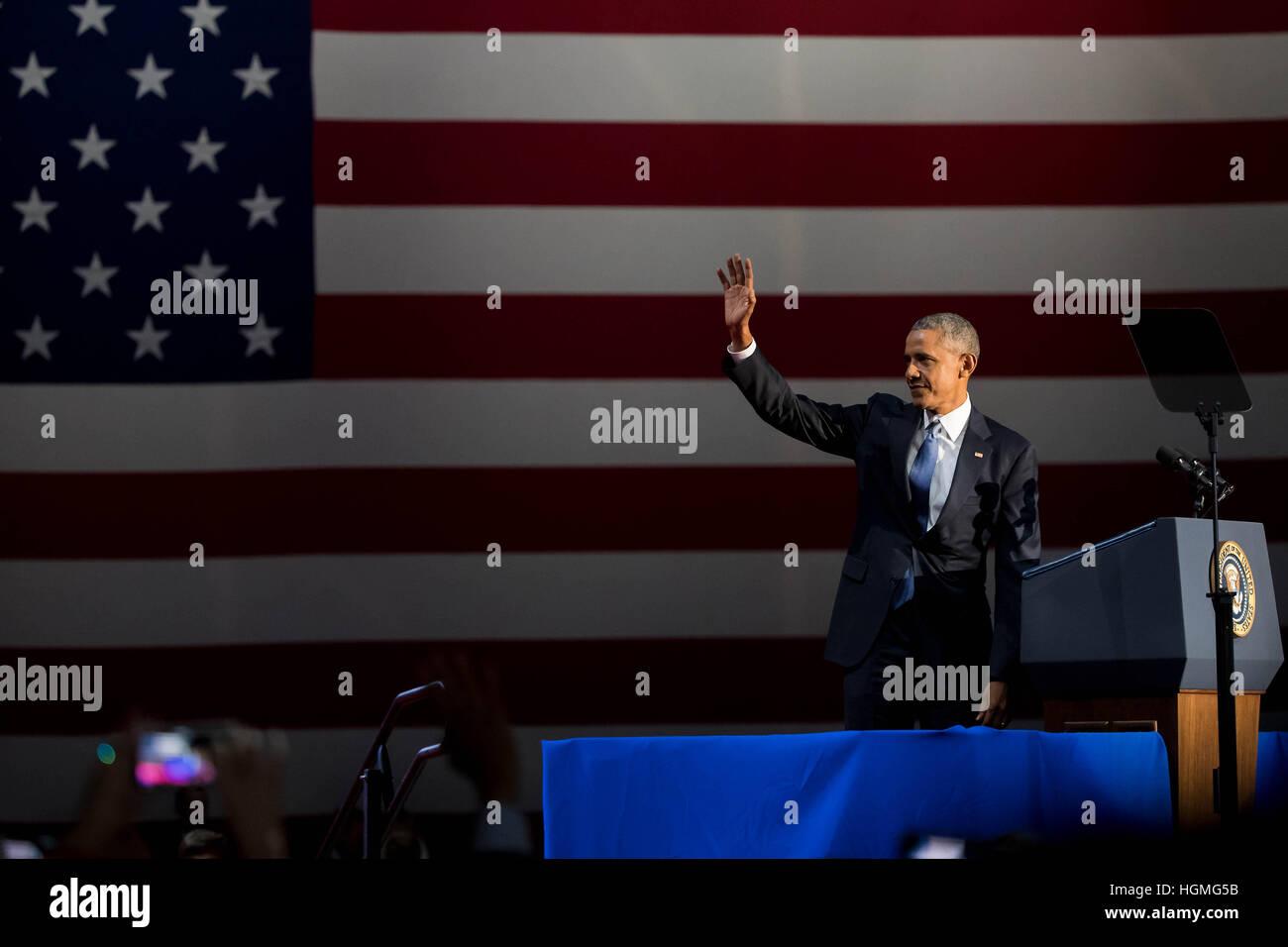 Chicago, USA. 10. Januar 2017. US-Präsident Barack Obama winkt dem Publikum vor der Auslieferung seiner Abschiedsrede Stockbild
