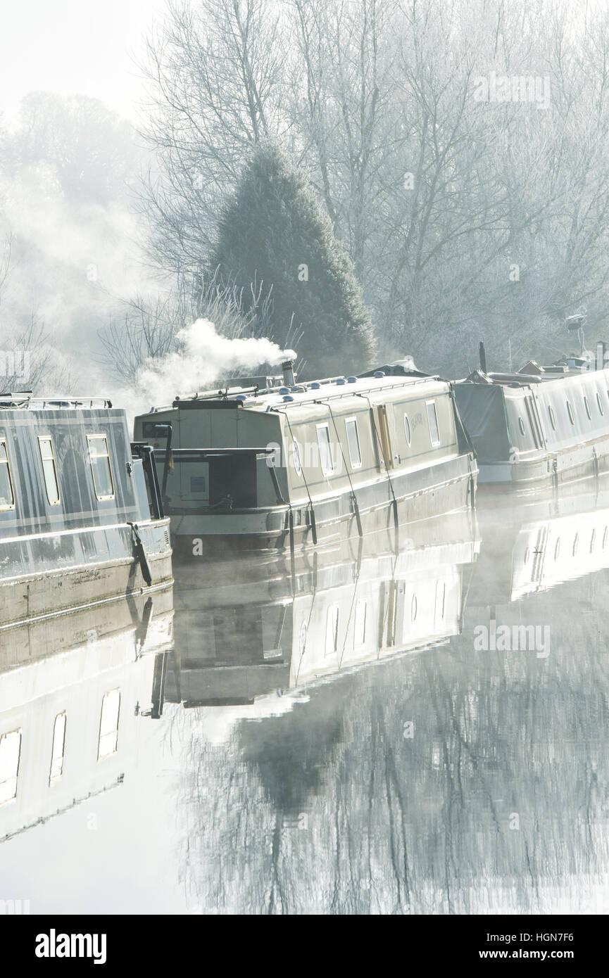 Kanal Boote am Oxford-Kanal auf einem nebligen frostigen Dezembermorgen. Aynho, Banbury, Oxfordshire, England Stockbild