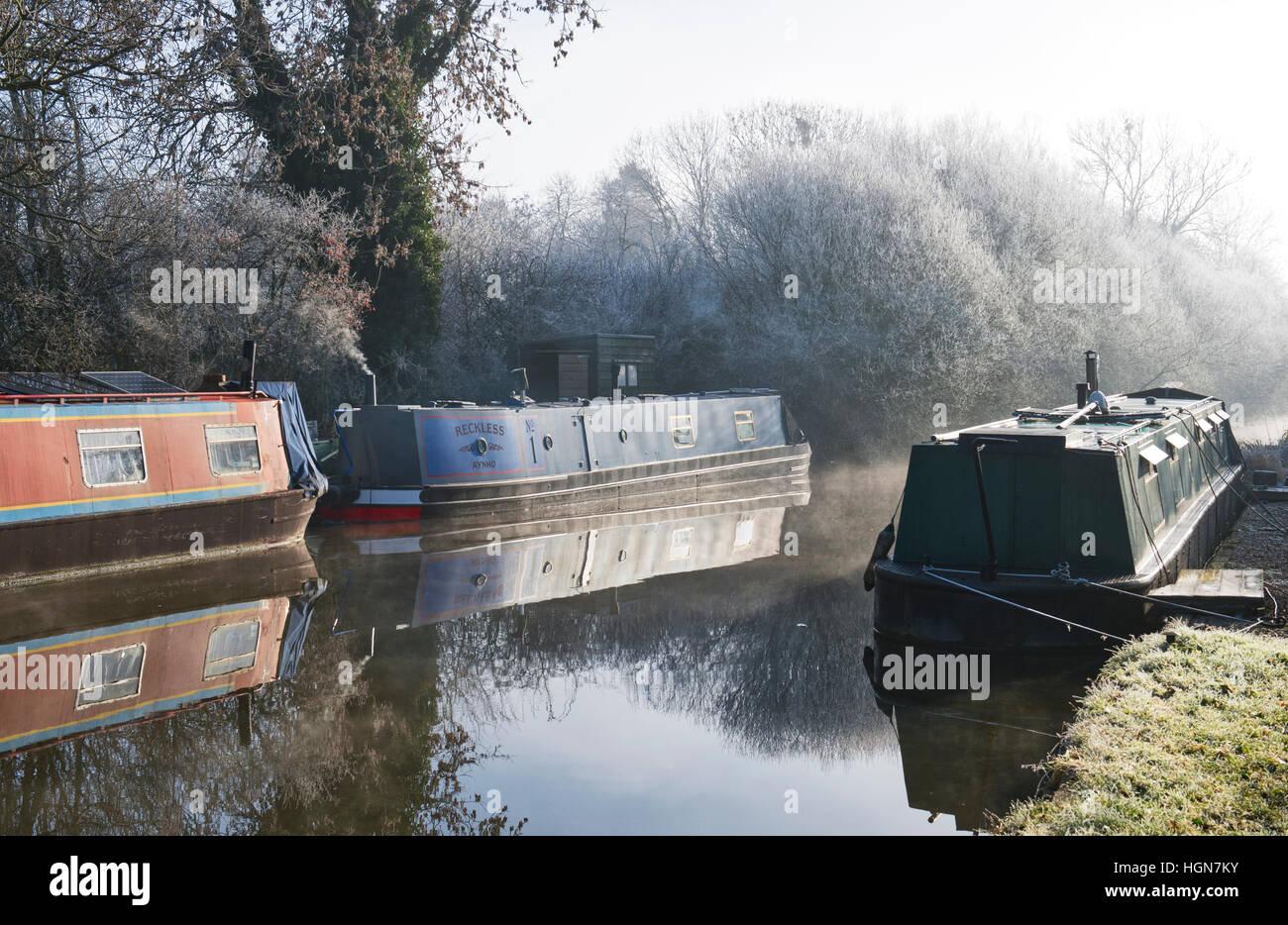 Kanal Boote am Oxford-Kanal auf einem frostigen Dezembermorgen. Aynho, Banbury, Oxfordshire, England Stockbild