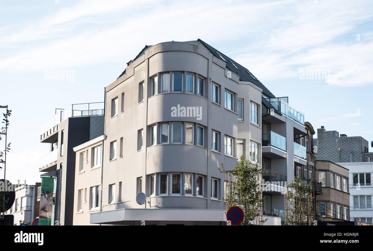 Fassaden Der Alten Und Neuen Häusern In Koksijde, Belgien   Im Art Deco Stil