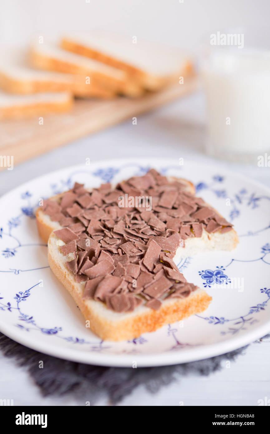 """Ein Sandwich mit Schokostreuseln oder """"Vlokken"""", niederländische traditionelle Speisen. Stockbild"""
