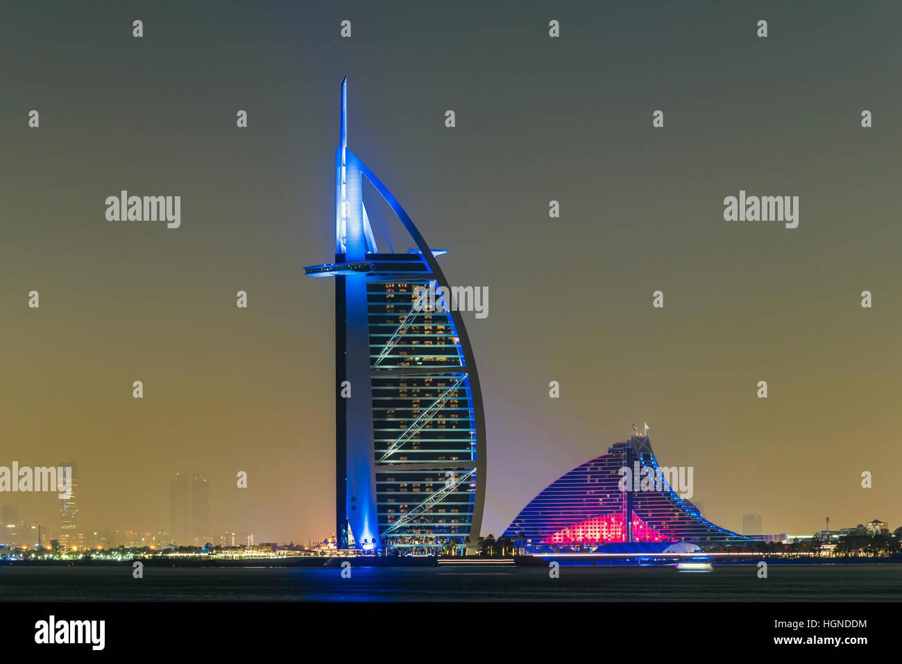 Nachtansicht des Burj al Arab und Jumeirah Beach Hotel, Dubai, Vereinigte Arabische Emirate Stockbild