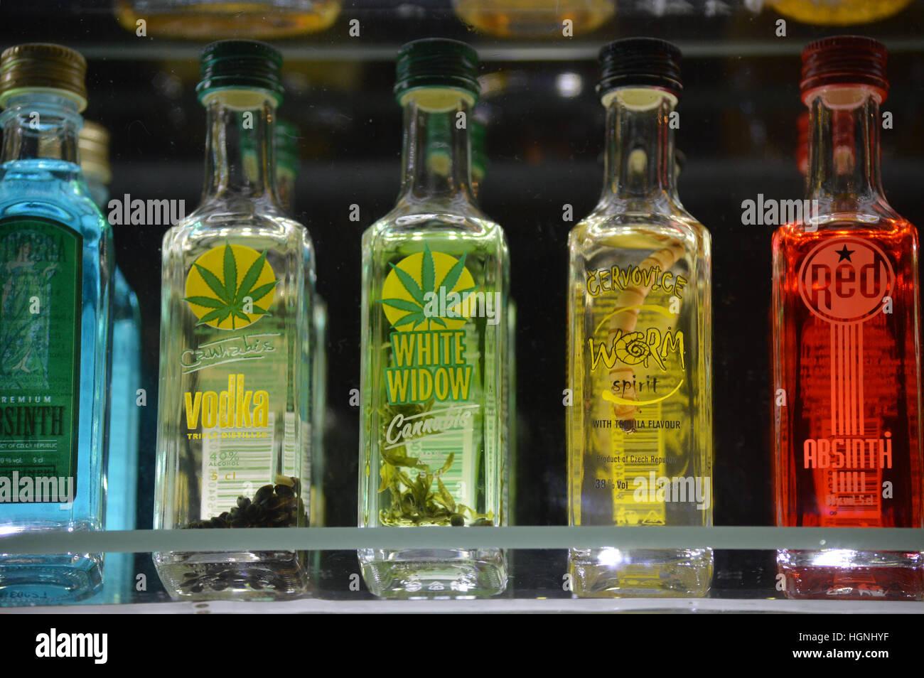 spezielle alkoholische Getränke Cannabis und Wurm Vodka kleine ...