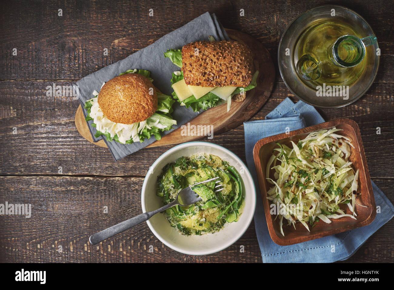 Verschiedene gesunde Snacks auf der hölzernen Tischplatte anzeigen Stockbild