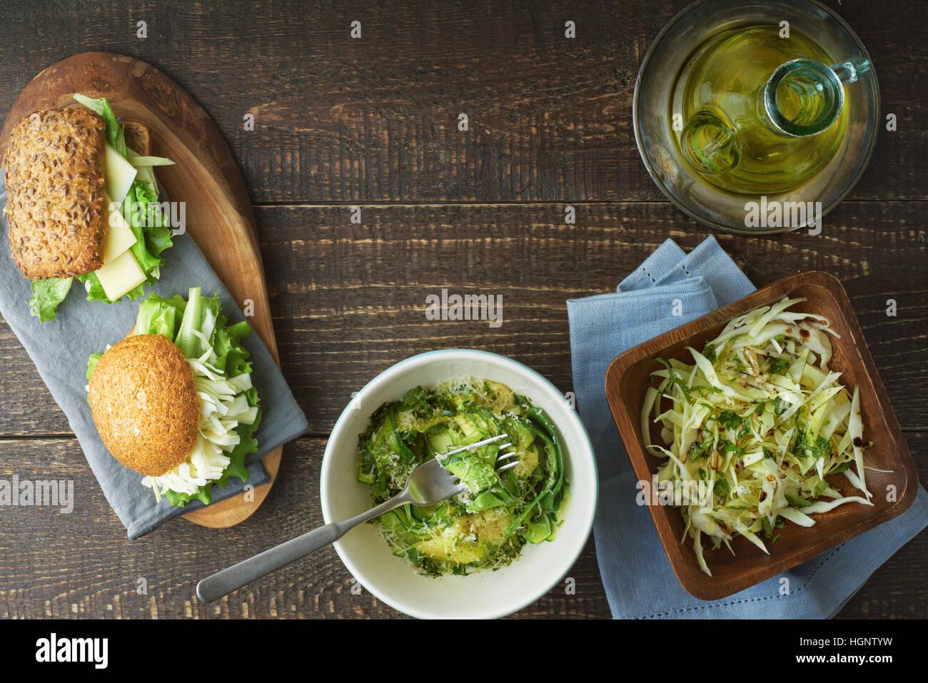 Satz von gesunden Snacks auf der hölzernen Tischplatte-Ansicht Stockbild