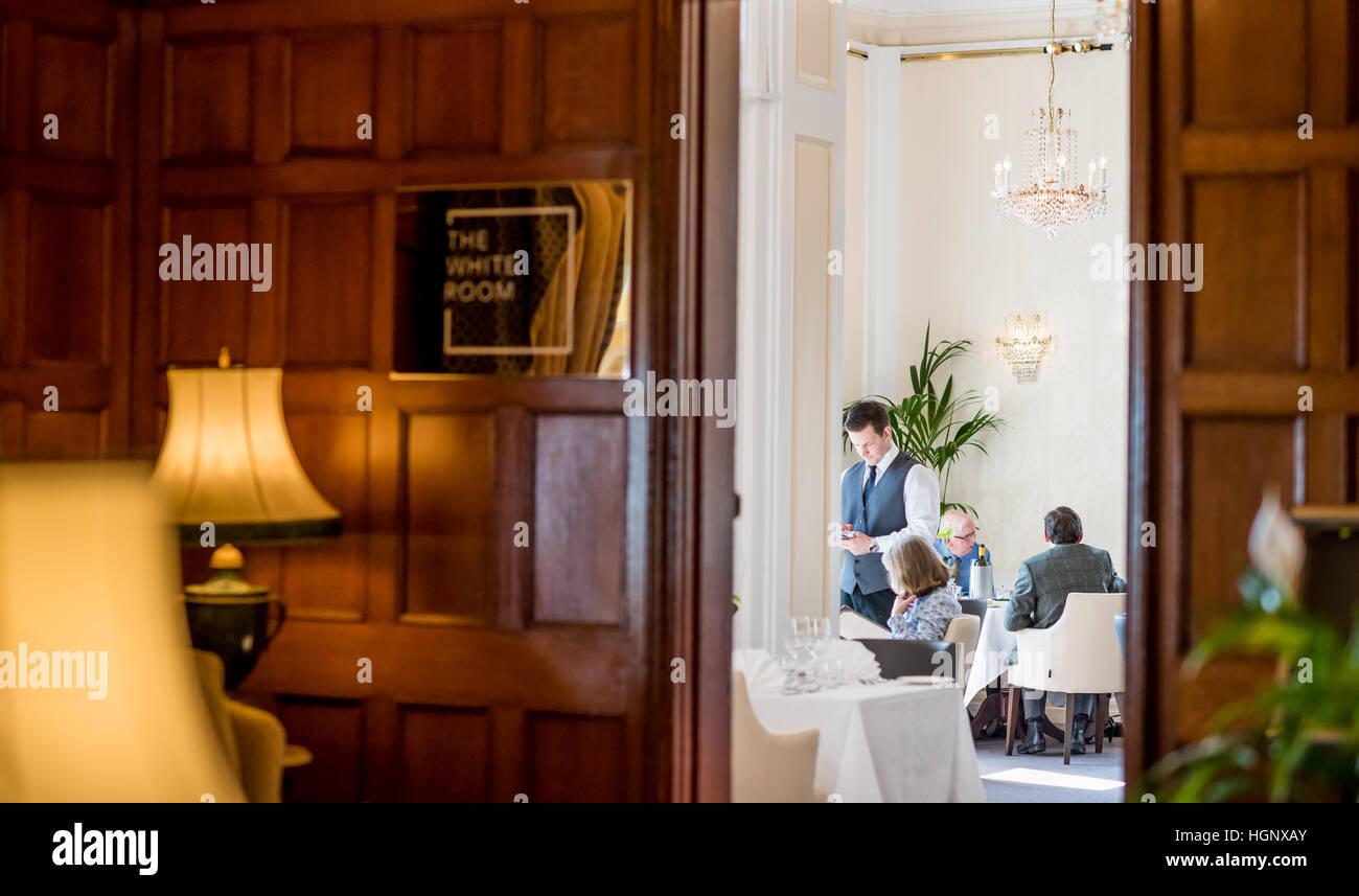 Ein Kellner eines Kunden in einem Restaurant bestellen Stockbild