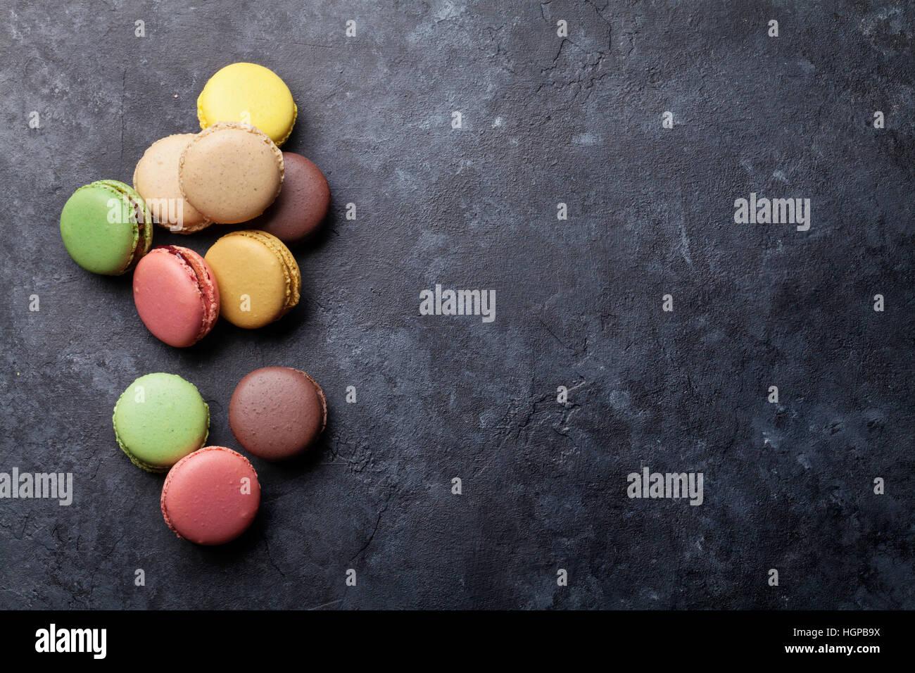 Bunte Makronen auf steinernen Tisch. Süßen Macarons. Draufsicht mit textfreiraum für Ihren text Stockbild