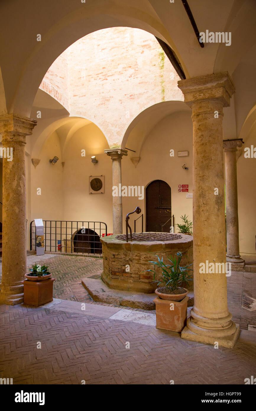 Altes Wasser im Museo Diocesano in der mittelalterlichen Stadt Pienza, Toskana, Italien Stockbild