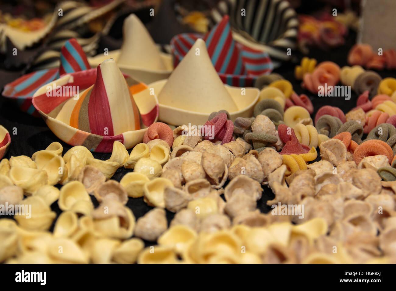 Farbenfrohe italienische Teigwaren Sortiment auf Tisch, Orecchiette Pugliesi Stockfoto