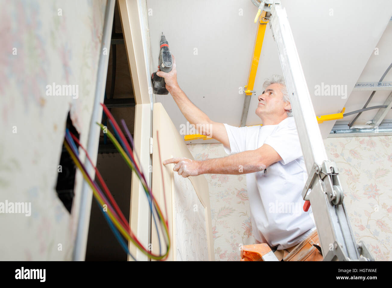 Mann Die Decke Bohren Stockfoto Bild 130853814 Alamy
