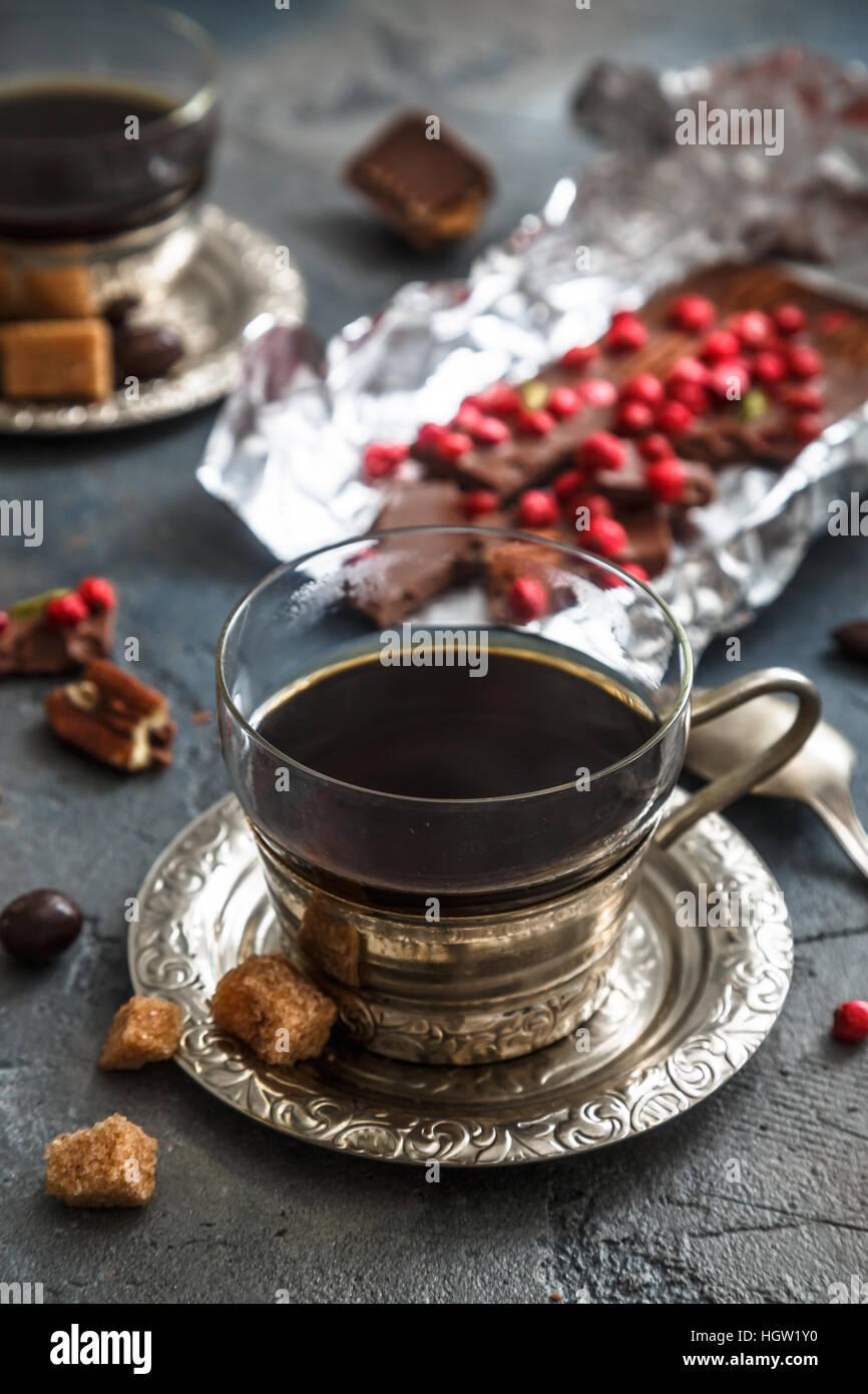 jahrgang kaffee tasse schokolade und kirschen auf dem dunklen hintergrund stockfoto bild. Black Bedroom Furniture Sets. Home Design Ideas