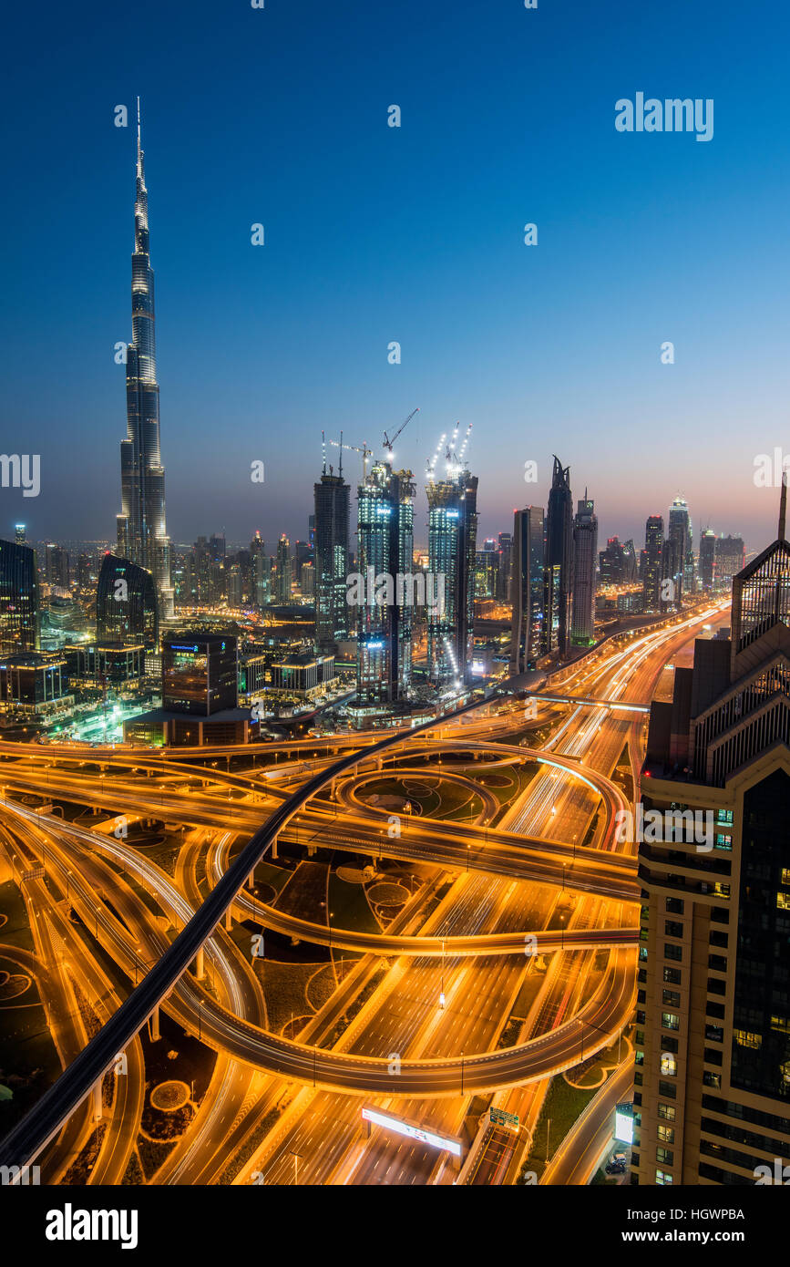 Die Skyline Nacht Innenstadt mit Wolkenkratzer Burj Khalifa und Kreuzung Sheikh Zayed Road, Dubai, Vereinigte Arabische Stockbild