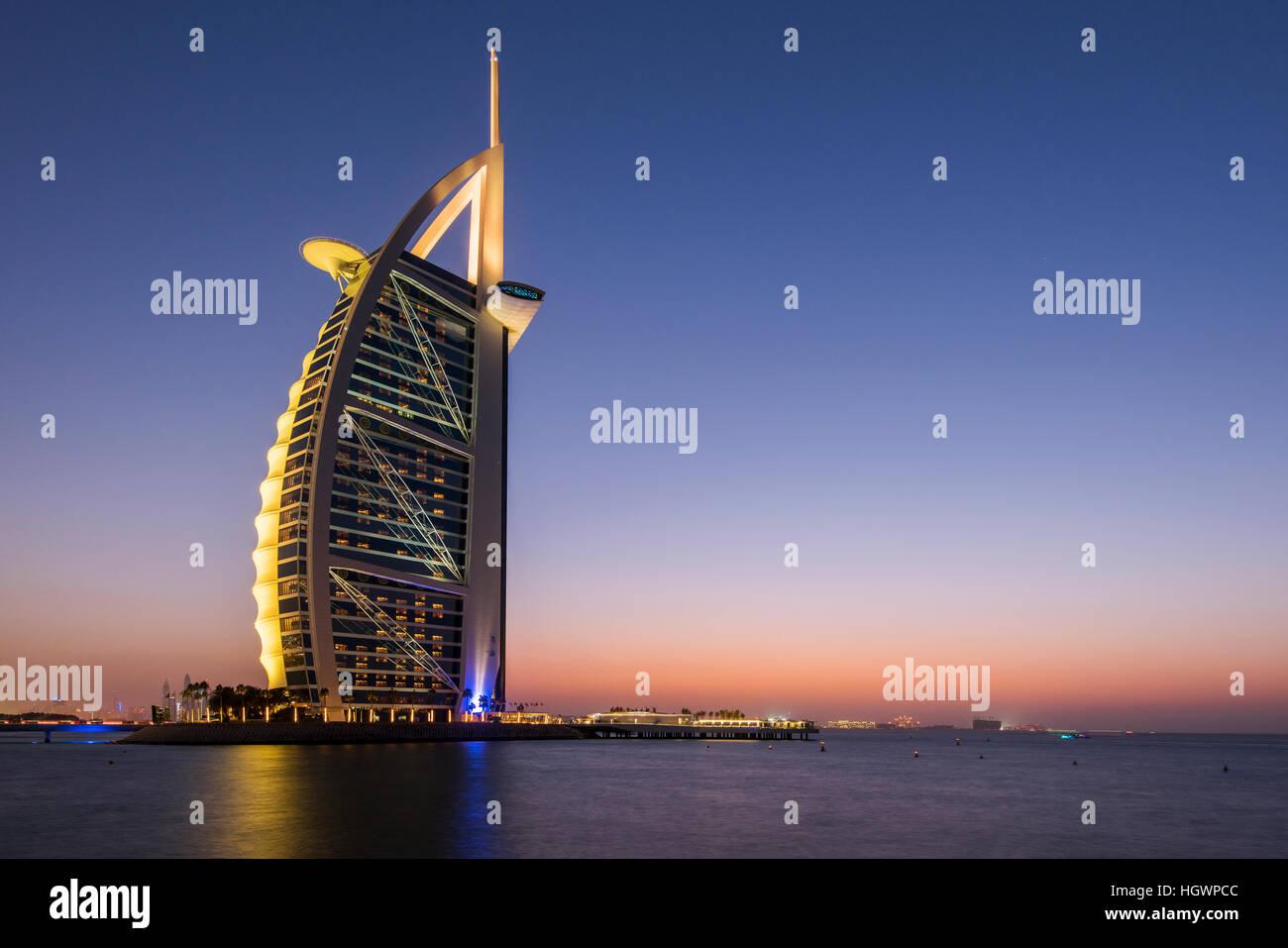 Luxus-Hotel Burj Al Arab in der Dämmerung, Dubai, Vereinigte Arabische Emirate Stockbild