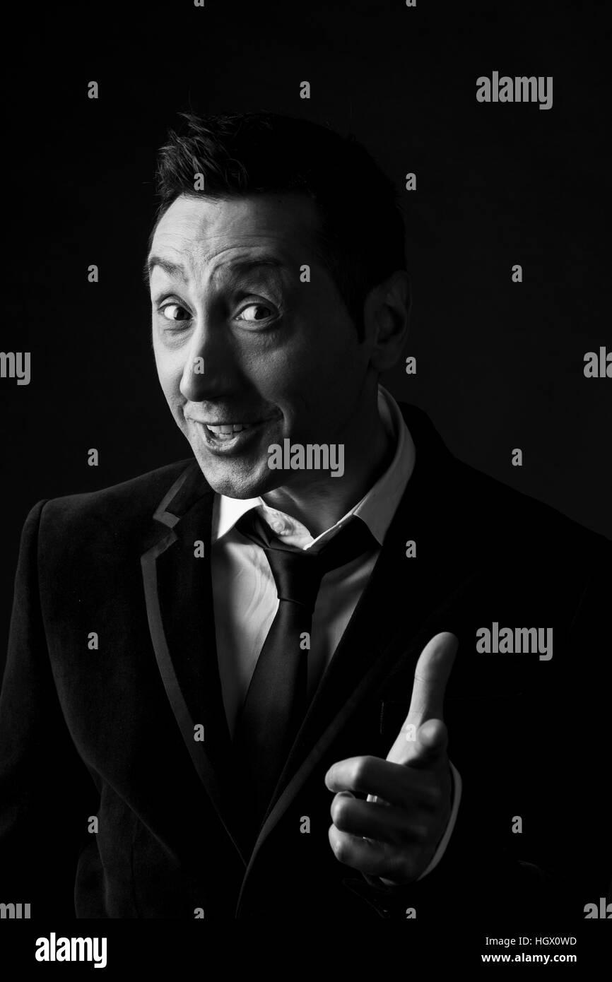 Portrait der Mann in den Dreißigern auf schwarzem Hintergrund Stockbild