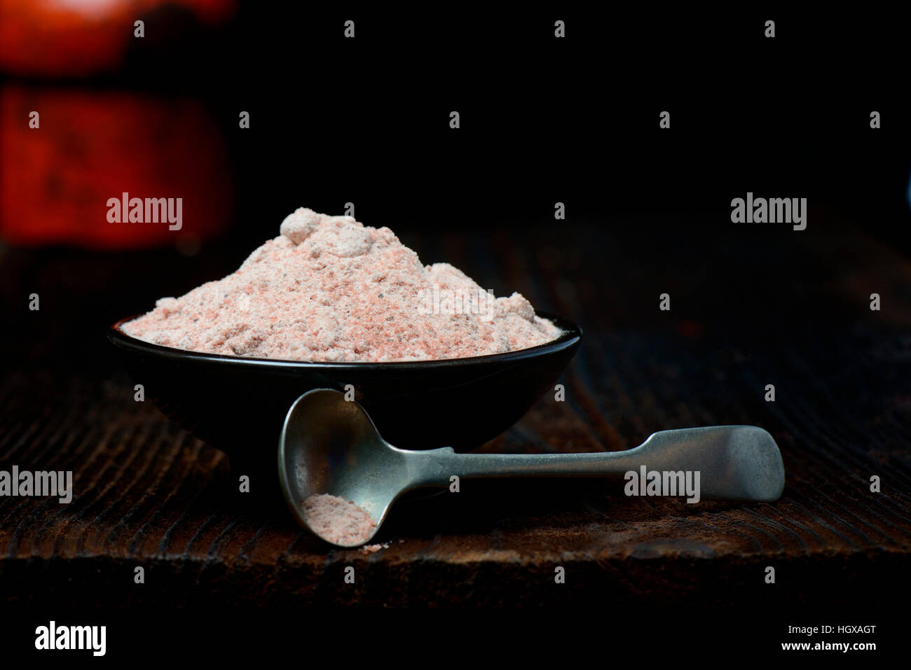 Kala Namak, Gemahlenes Salz Mit Loeffelchen in Schale, Indisches Salz, Schwarzsalz, Schwarzes Salz, Indien Stockbild