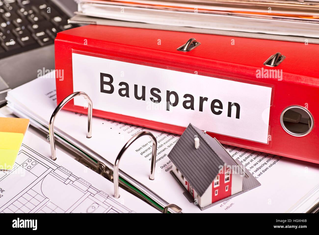 """Rote Datei-Ordner mit der Bezeichnung """"Bausparen"""" für Bausparen Stockbild"""
