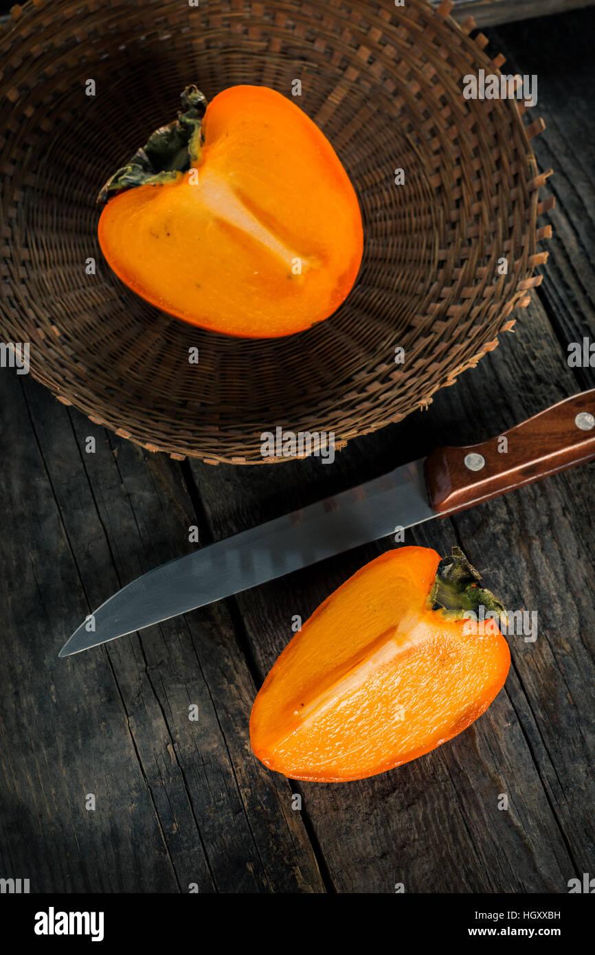 Kaki Früchte auf Holztisch Stockbild