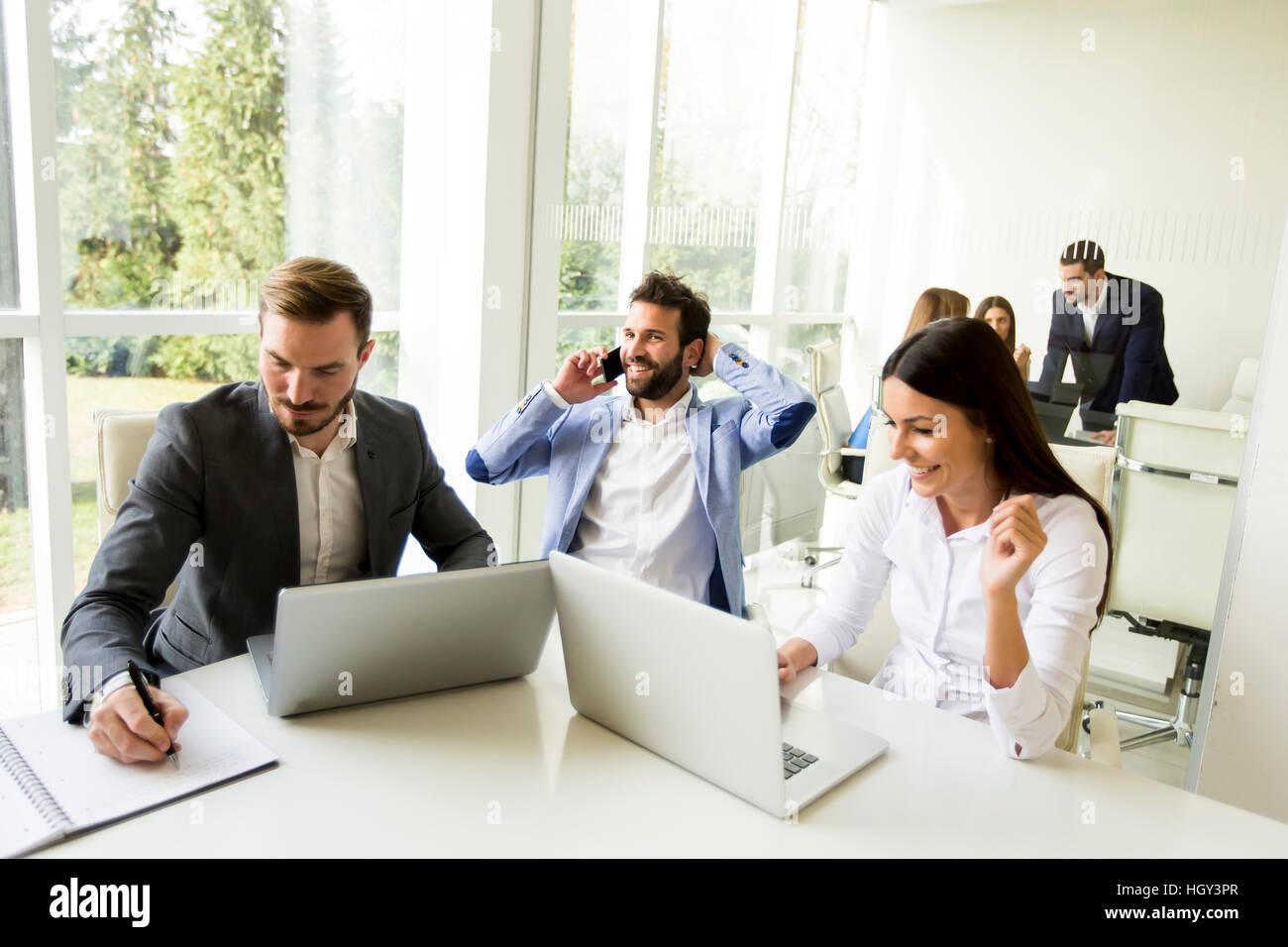 Junge Geschäftsleute mit Treffen in modernen Büro Stockbild