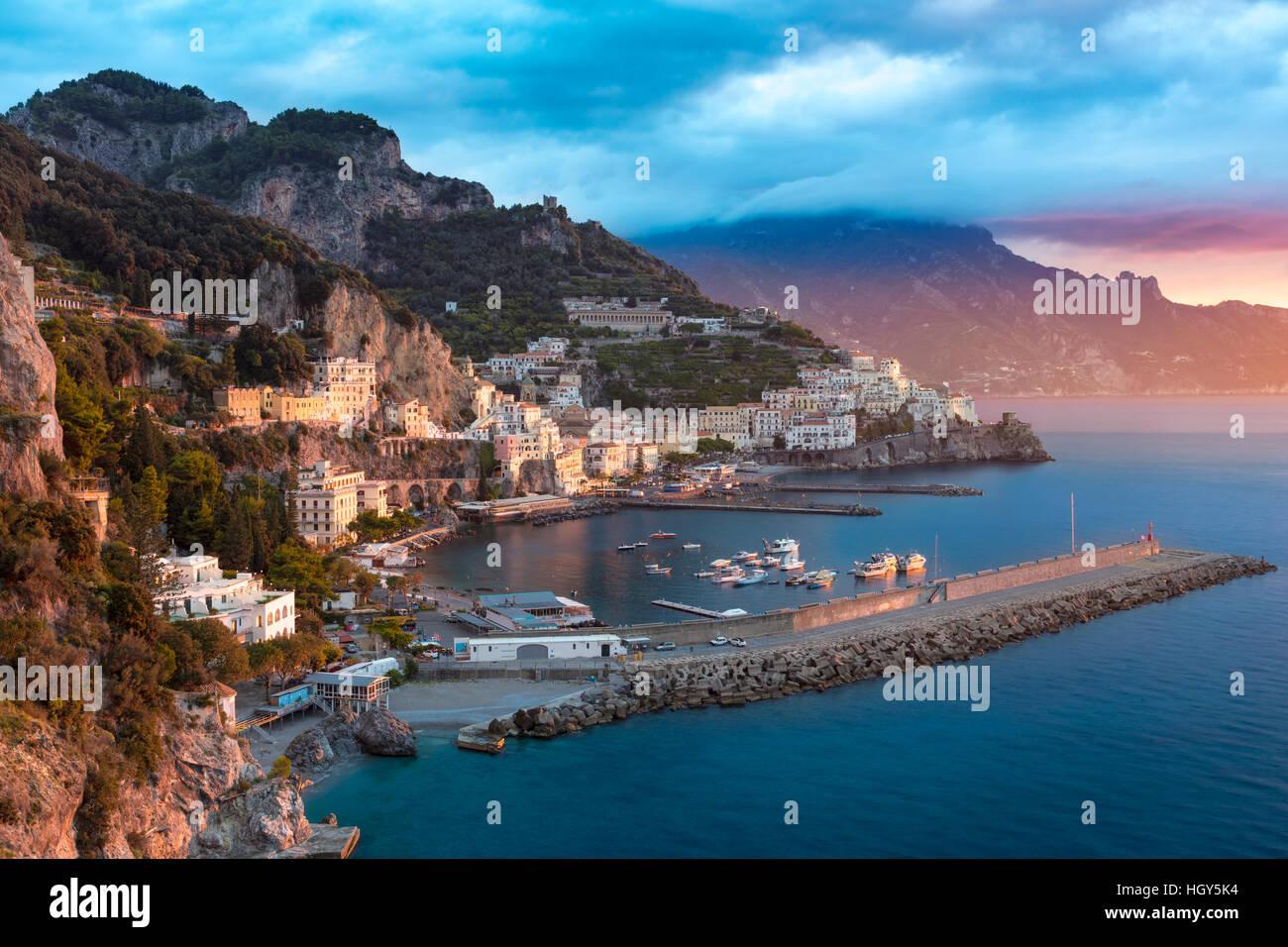 Sunrise Blick auf Amalfi, Golf von Salerno, Kampanien, Italien Stockbild