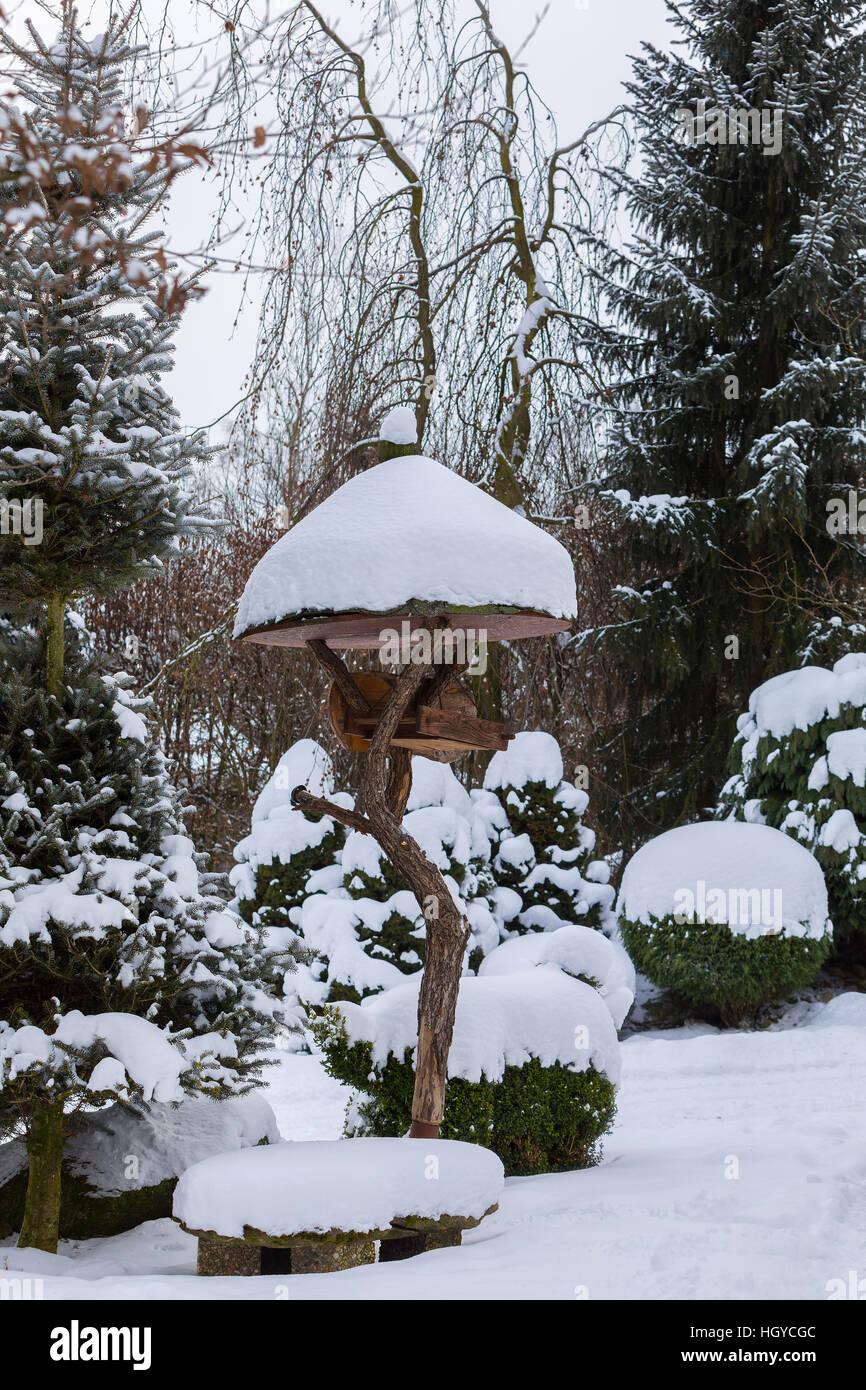 Holzer Wintergarten hölzerne vogelhäuschen vogelhaus auf wintergarten im verschneiten