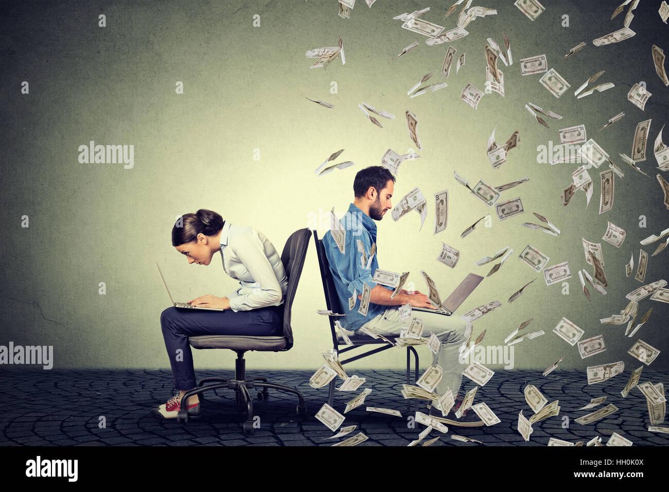 Arbeitnehmer Entschädigung Wirtschaft Konzept. Frau am Laptop sitzt neben junger Mann unter Geld Regen arbeiten. Stockfoto