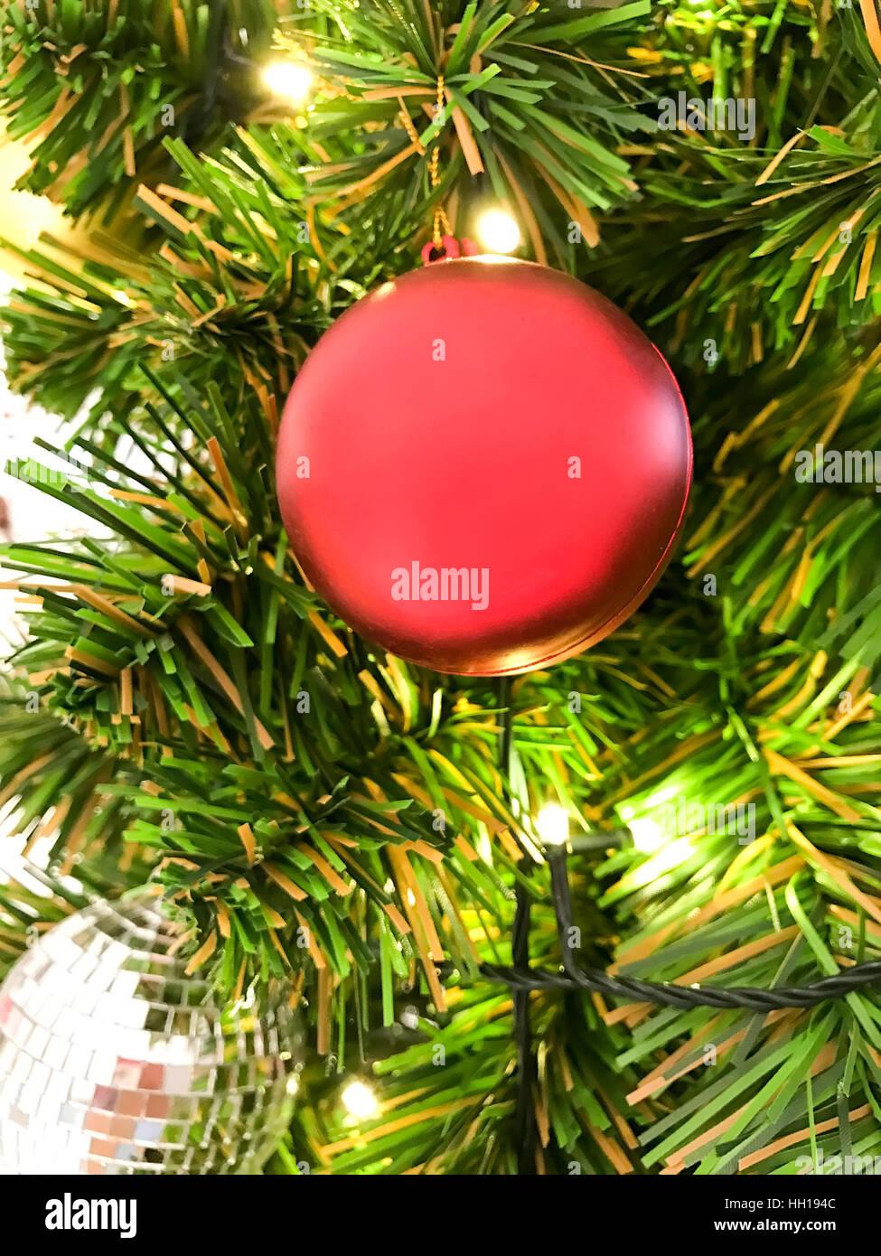 Rote Kugel hängen Weihnachtsbaum für Feier Stockfoto