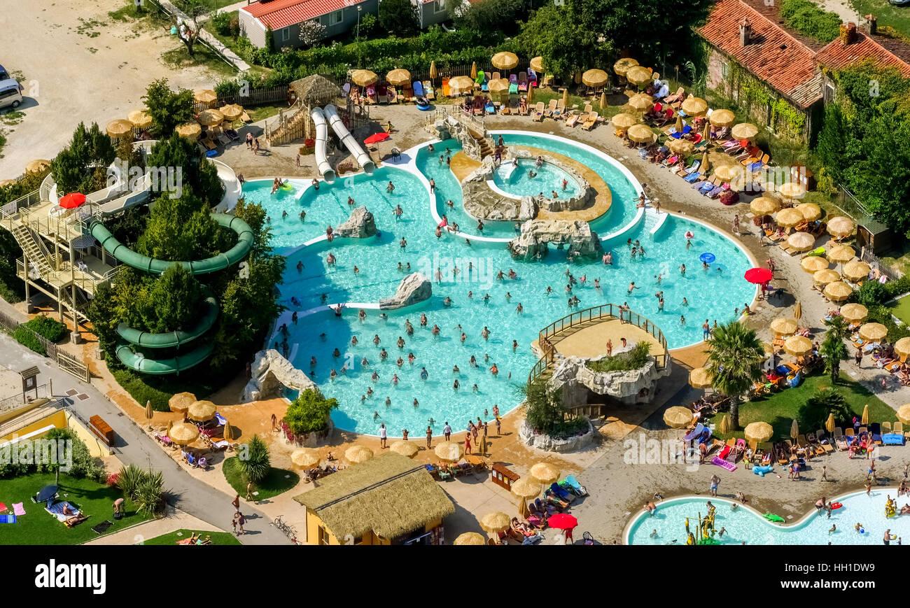 Luftaufnahme von Piani di Clodia-Camping, Campingplatz, Schwimmbad und Sonnenterrasse mit Sonnenschirmen, Camper, Stockbild