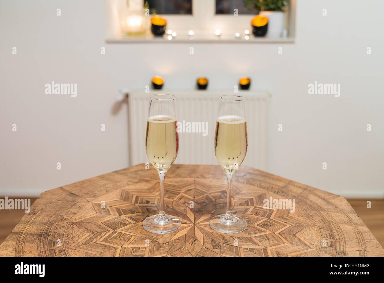 Zwei Gläser gefüllt mit Champagner auf einem antiken Tisch Stockbild