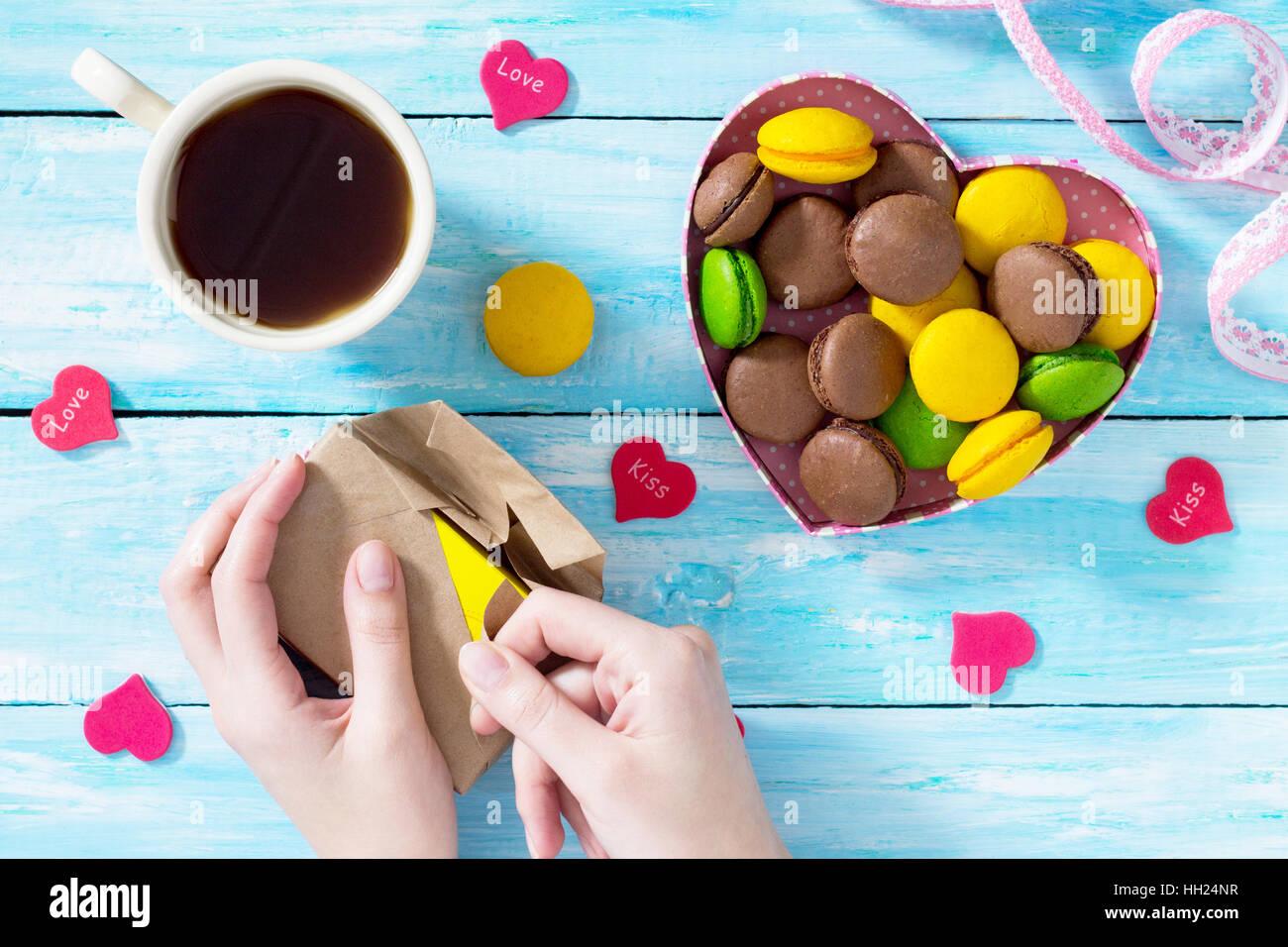 Valentinstag Oder Geburtstag Geschenke Macarons Kuchen Mit Herz Auf