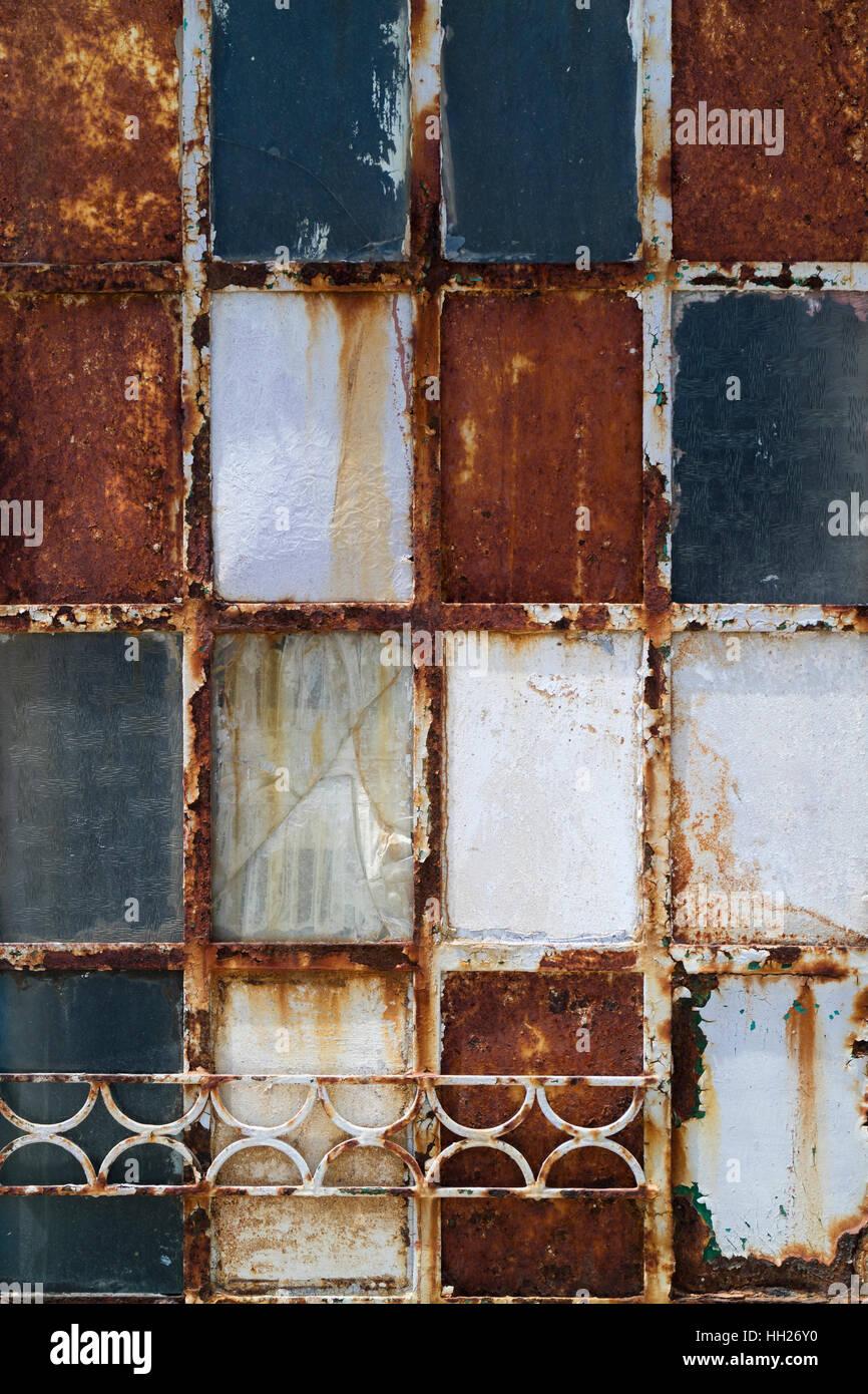 Alte verwitterte rostige Metalltür Stockbild