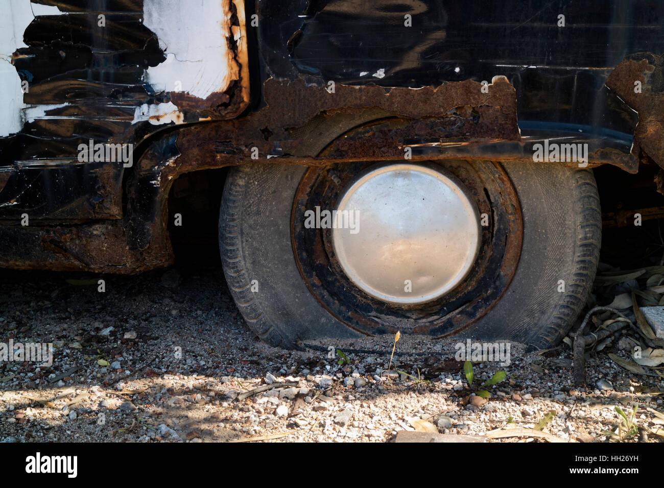 Detail der eine alte rostige Fahrzeugrades Stockbild