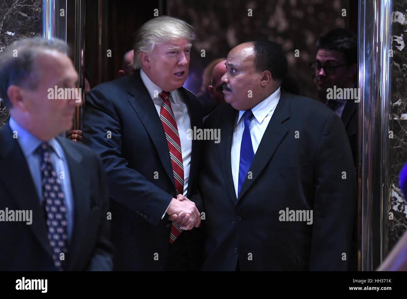 New York, USA. 16. Januar 2017. Präsident elect Trump schüttelt Hände mit Martin Luther King III, wie sie die Aufzüge Stockfoto