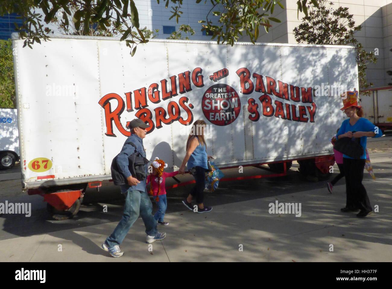 Orlando, USA. 16. Januar 2017. Die Menschen gehen vorbei an einen Zirkus-Anhänger außerhalb der Amway Stockbild