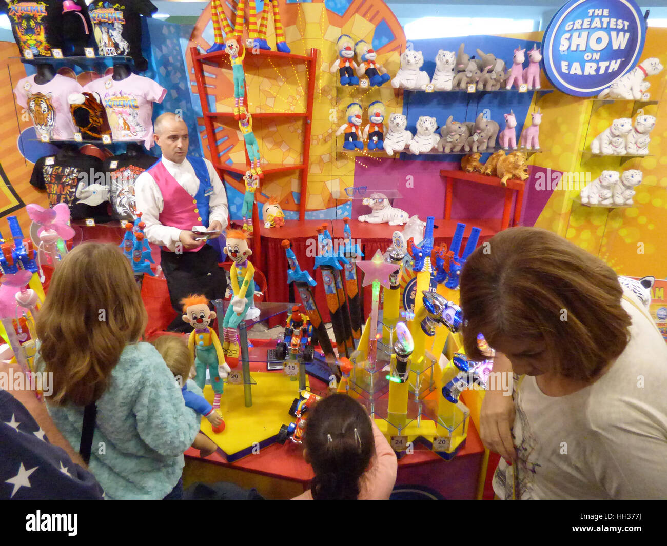 Orlando, USA. 16. Januar 2017. Die Leute kaufen Souvenirs im Amway Center in Orlando, Florida nach dem Besuch der Stockbild