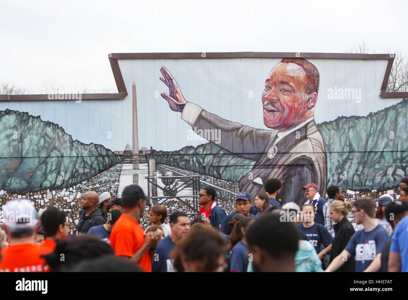 San Antonio, USA. 16. Januar 2017. Demonstranten stehen vor ein Wandbild von Martin Luther King, Jr., bevor die Stockbild