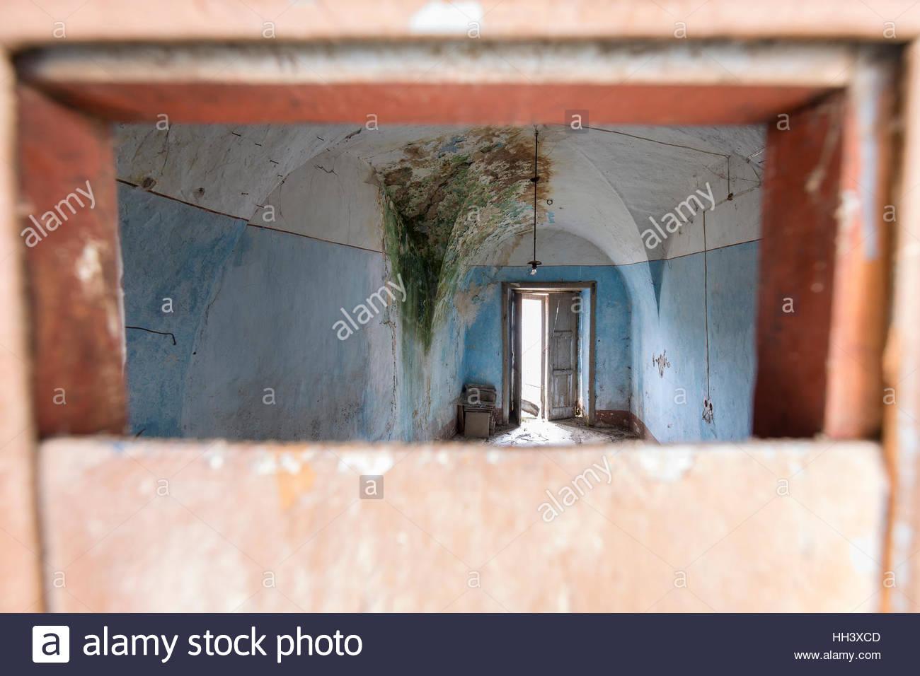 Der tur  Blick auf ein altes verlassenes Haus durch einen Spalt in der Tür ...