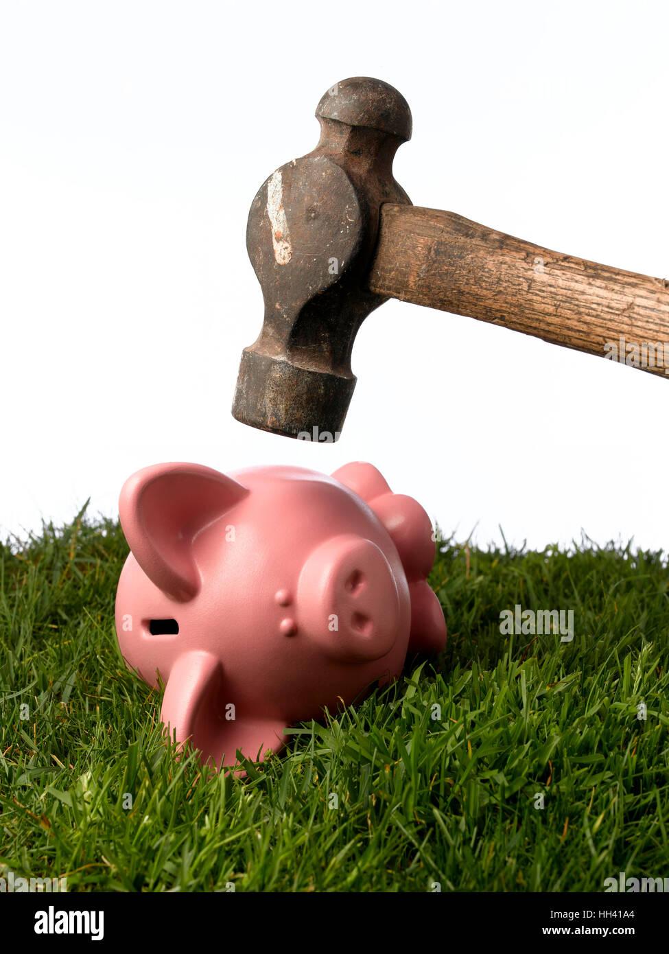 Sparschwein mit einem Hammer geknackt Stockbild