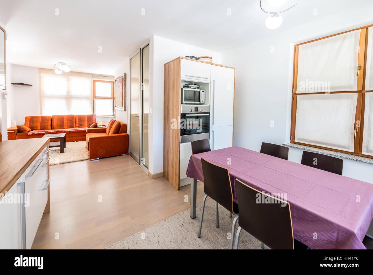 Moderner offener Raum Küche mit Wohnzimmer. Teure Möbel und Esstisch ...