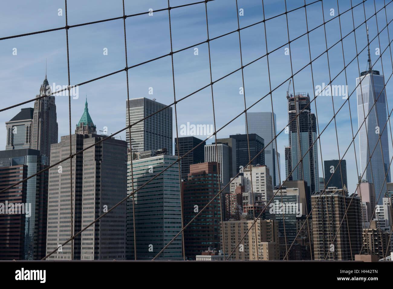 Gebäude des Finanzviertels hinter die Anordnung der Aufhängeseile aus Brooklyn-Bridge gesehen. Lower Manhattan, Stockbild