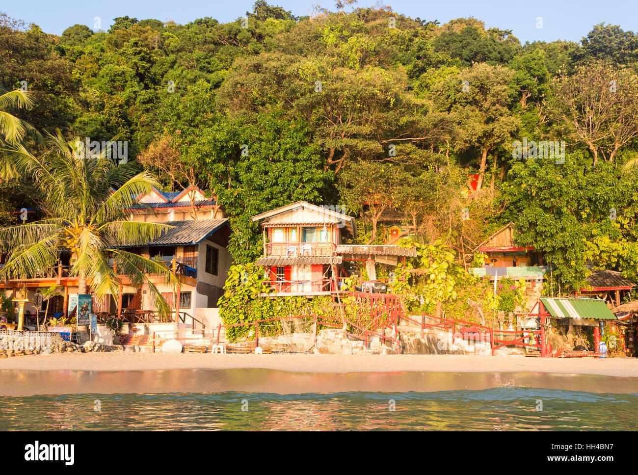 Funky Pension am weißen Sandstrand auf der Insel Koh Chang im Golf von Thailand. Stockbild