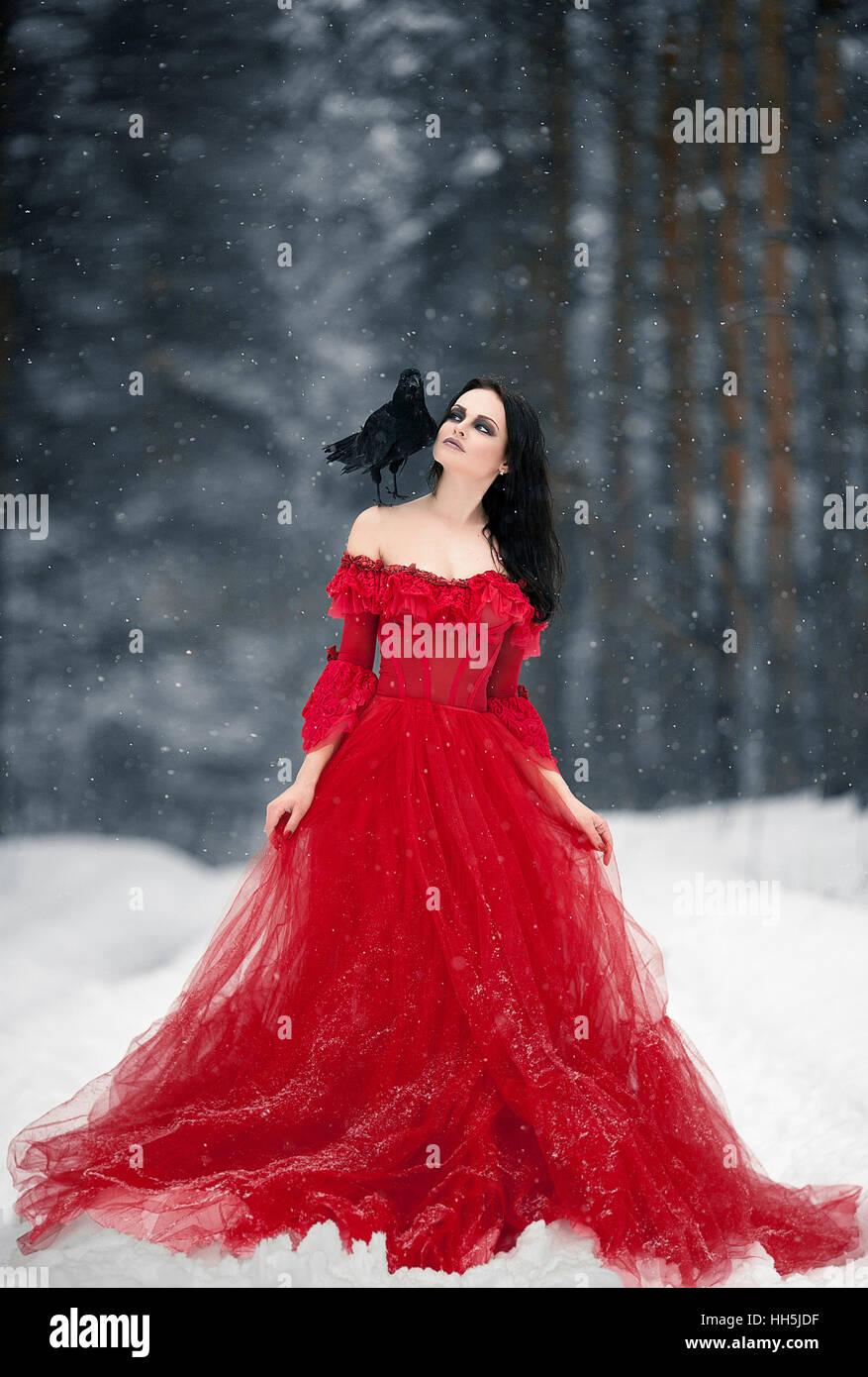 Im Hexe Auf Kleid Die Und Frau Roten Raben Schulter Mit exrdCoBW