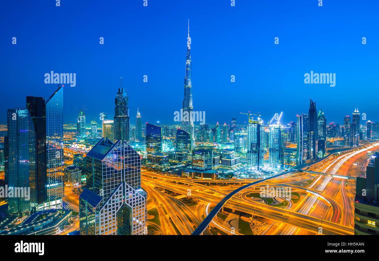 DUBAI, Vereinigte Arabische Emirate-März 5, 2016: Skyline von Dubai mit Stadtzentrum leuchtet Sheikh Zayed Stockbild