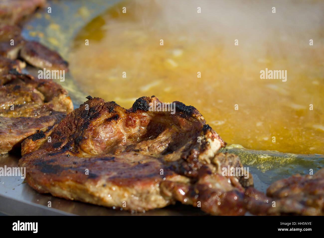 Gebratenes Steak in traditionellen kroatischen Kotlovina Schale Stockbild